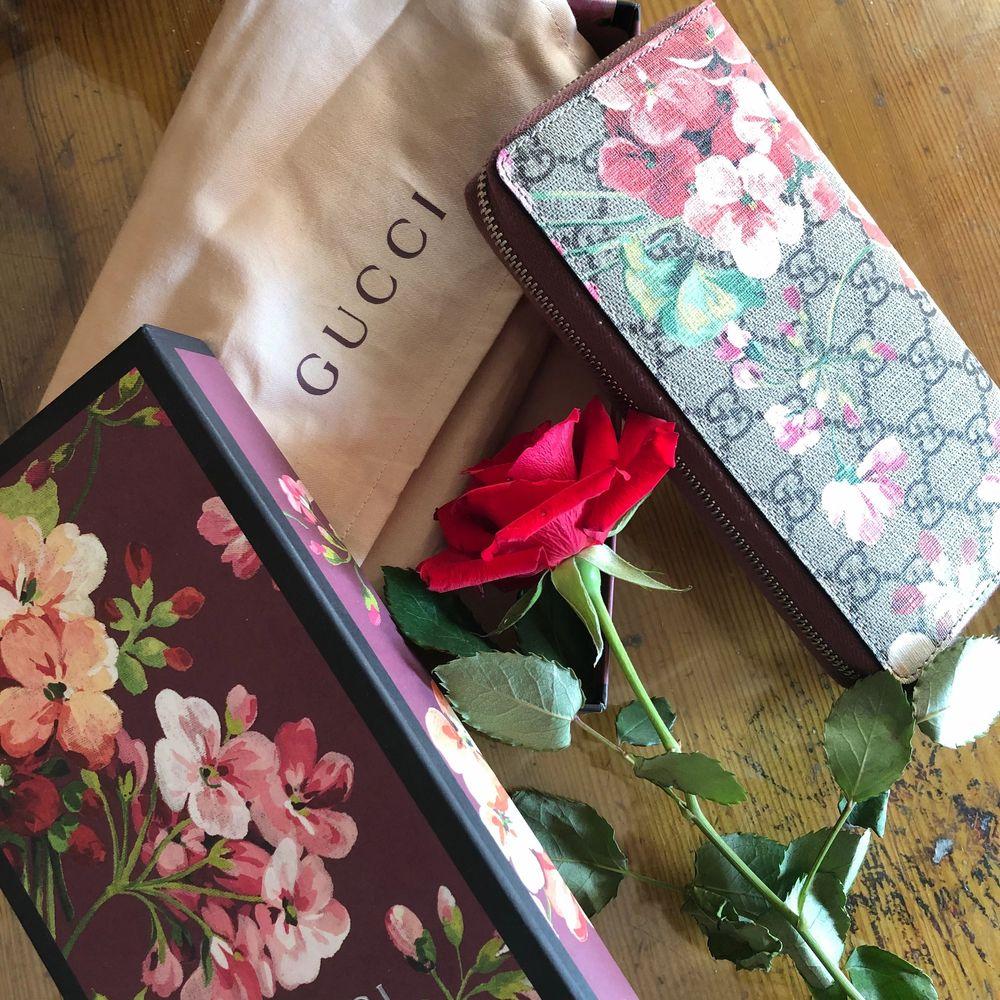 En äkta Gucci plånbok köpt för 5500kr, aldrig använd. Möts upp i Stockholm eller kan frakt tillkomma. Kontakta mig för fler bilder💕. Väskor.