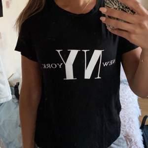 T shirt från hm i storlek M men passar till nån som har S skulle jag säga:) pris 50kr +frakt 63kr