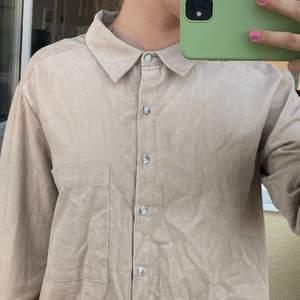 Jättefin, beige skjorta som tyvärr är mkt ostruken :/