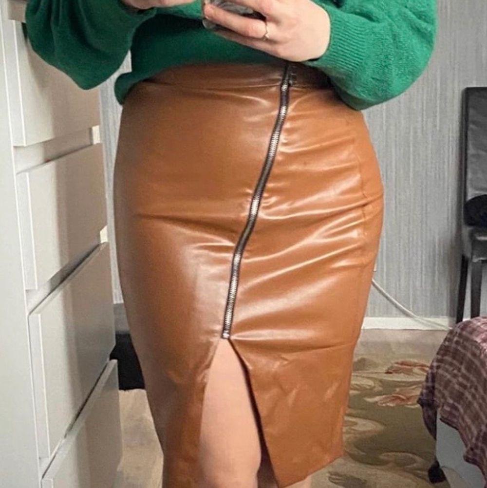 Ny kjol.  storlek S, men passar små M. Kjolar.