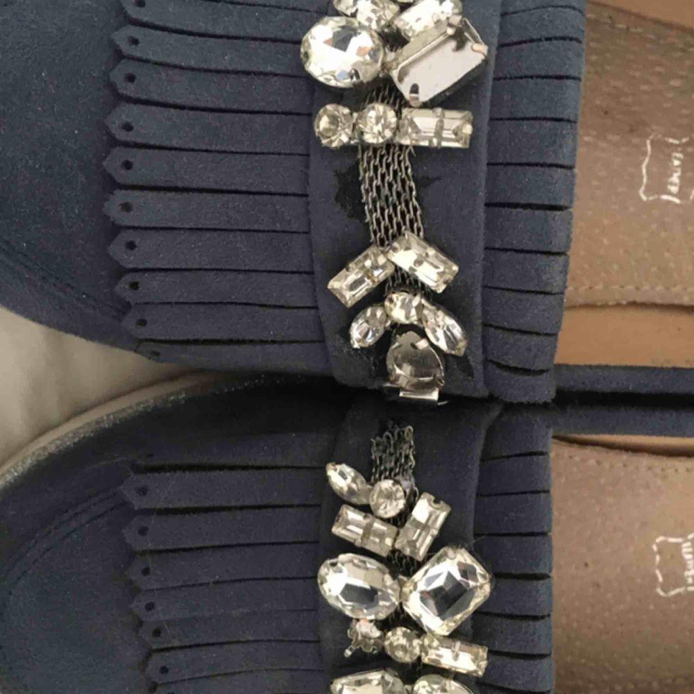 Säljer dessa SJUKT fina skorna från vices i äkta läder! Har tappat några kristaller men inget man tänker på. . Skor.