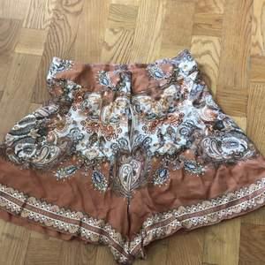 Superfina mönstrade shorts. Inköpta från hm använda en gång. Ev frakt tillkommer 🌸