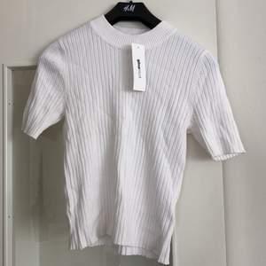 Snygg vit topp från Gina tricot. Oanvänd. Ev frakt tillkommer🌸