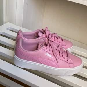 Dam skor från PUMMA. Använt bara 4 gånger. Säljer den på grund av att den är för liten för mig. Köparen står för frakt. 😀😀