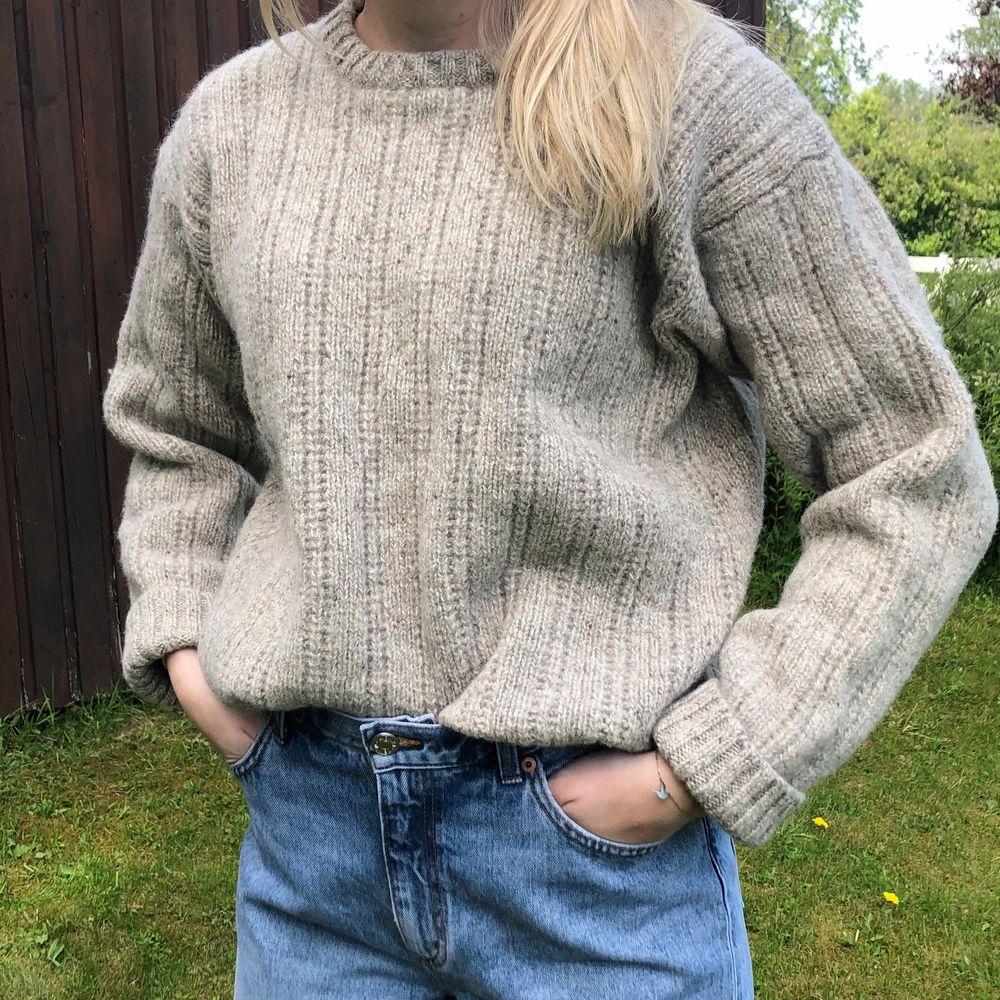 Supermysig stickad tröja från Åhléns. Strl XL från början, men krympt i tvätten till en perfekt M! Köparen står för frakt 🧡. Stickat.
