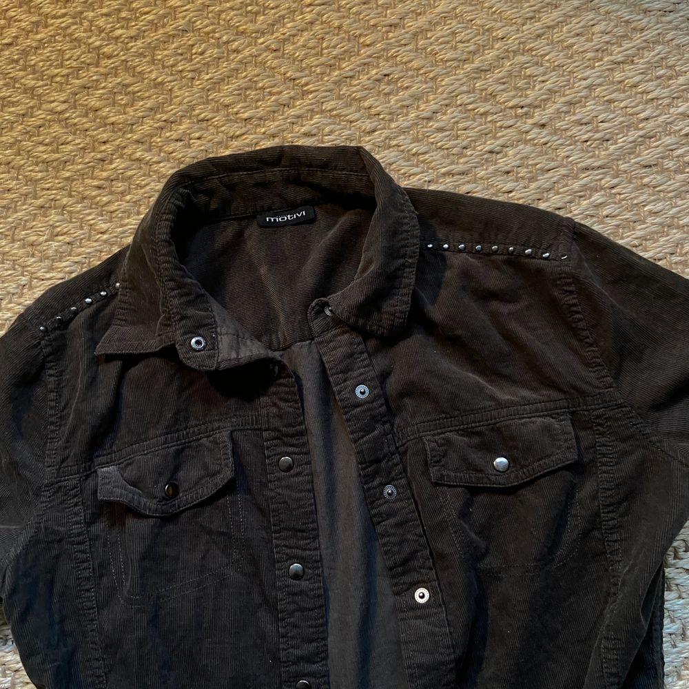 Skitcool manchester skjorta med nitar ifrån Motivi. Säljs då den inte kommer till användning längre!! Fraktar💕💕💞. Skjortor.