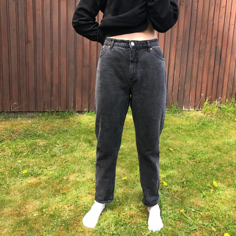 Gråa momjeans från Monki. Modell Kimomo Relaxed High. Strl 32. Köparen står för frakt 🧡. Jeans & Byxor.