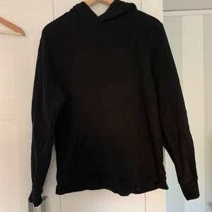 Säljer denna tunna svarta hoodie som är oversized, säljs för 90+frakt. Passar allt från XS-M❤️