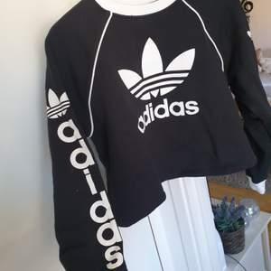 Väldigt snygg swearshirt från Adidas. Lite liten för mig. Strl 36. Nyskick