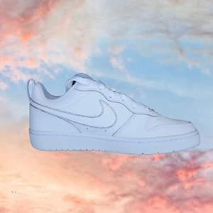 ✨Subtle glam✨  1 par sneakers med ditsatta rhinestones. 🌟  Modell: Nike Court Borough Low 2 🌟 Storlek: 37.5 🌟 Alla 4 sidor ser likadana ut.
