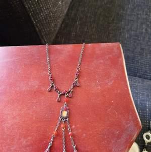 Fint halsband använt en gång på bröllop för flera år sedan, elegant och väldigt vackert.