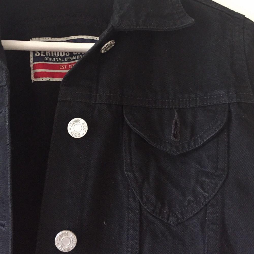 Knappt använd svart kort jeansjacka. . Jackor.