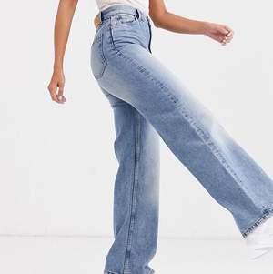 Säljer dessa populära jeans i modellen Yoko från monki då de tyvärr inte kommer till användning. Använda men i bra skick 😊 möts upp i Malmö, annars står köparen för frakt 🚚 💕