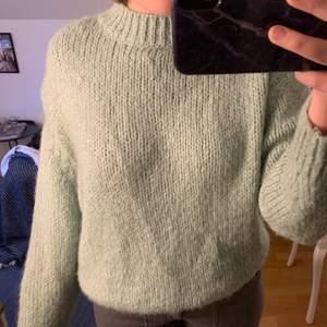 Säljer min mintgröna tröja i storlek S från Zara! Supermysig och jätte bra kvalité. Endast använd ett fåtal gånger så därför super bra skick. Köpt för 400 säljer nu för 100🤍 (Tar endast swish!)