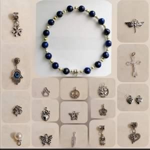 Alla armband hittat du på mitt Instagram @emilysmycken  Designa ditt eget armband av glaspärlor. Välj armband eller pärlor/färger. Välj charm/hänge  Välj längden (12-15 eller 18 cm) Beställ! 🌼  Beställning via DM Tar Swish och Paypal Postas genast och skickar video/bild bevis. Säljer även via Tradera @emilysmycken