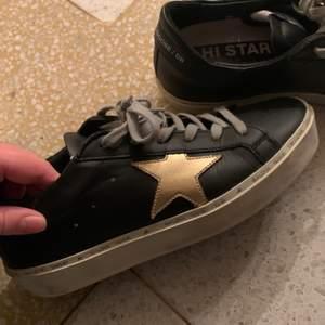 Sjukt snygga golden goose skor. Använda ca 2 ggr eftersom jag råkade köp en storlek för liten. Dem är svarta med en guldstjärna på varje sko. Pris kan disskuteras. Kontakta mig vid intresse💕