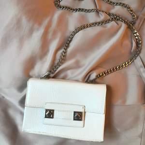 Vit väska med krokodil mönster och silvriga detaljer från Zara😍 hur fin som helst men inte riktigt min stil bara. Aldrig använd❣️