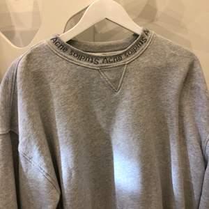 Sweatshirt från Acne Studios. Stl. XS oversize i modellen (har vanligtvis s/m). Mycket använd men i gott skick. Köparen står för frakten. Budgivning igång, avslutas fredagkväll - jag står för frakten!