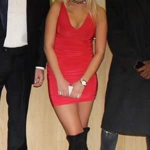 Riktigt snygg röd cocktailklänning från Missguided i storlek 8 (34-36). Säljer för 250kr. Knappt använd.