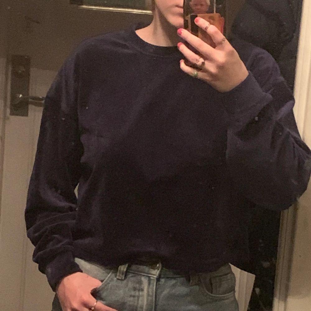 Blå croppad STAY tröja köpt från Carlings. 120kr + frakt.. Skjortor.