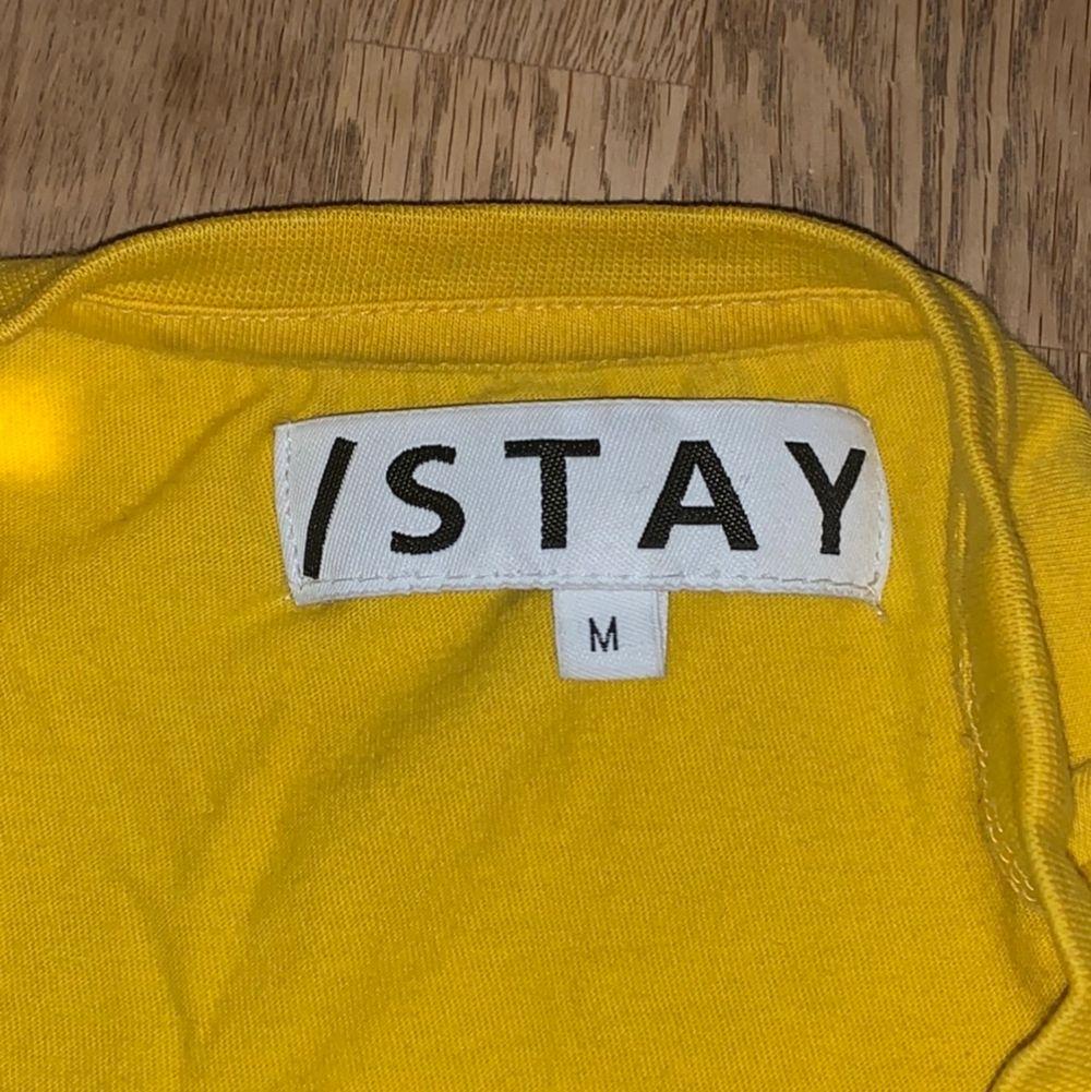 Gul STAY tröja köpt från Carling, texten säger Tomboy. 120kr + Frakt.. Skjortor.