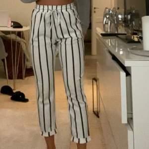 Randiga sköna byxor i storlek Small. Köptes för 300kr, säljer nu för 120kr.