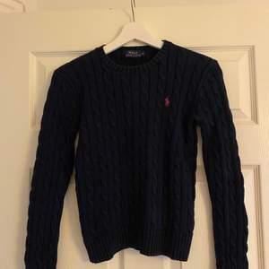 Kabelstickad mörkblå tröja från polo Ralph lauren storlek S. Använt några gånger, väldigt bra skick. Fraktkostnad tillkommer