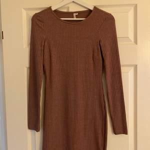 Brun/lilla/nude klänning från Nelly. Aldrig använd, bra skick. Fraktkostnad tillkommer