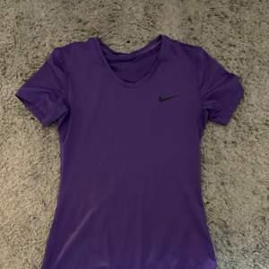 Säljer denna lila träningströja ifrån Nike! Svinsnygg men kommer tyvärr inte till användning då den är lite liten för mig. Storlek S, säljs för 150kr + frakt men går att diskutera.