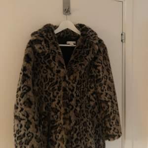 Super fin och mjuk fuskpäls jacka i leopard. Sparsamt använd. Köparen står för frakten! 🤎 ordinarie pris 899kr.