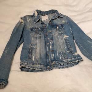 Riven och sliten jeansjacka, köpt från Zara, köpt för två år sen men använder ej. Köpt för 399 kr.