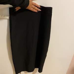 Jätte fin stickad kjol som är lång till knän med dragkedja och slitning på baksidan. Väldigt stretchig
