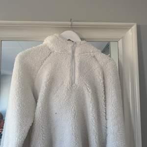 Grymt snygg Teddy hoodie! Strl L men passar mig som brukar ha S! Köpt på Intersport för nått år sedan men använd ytterst lite!
