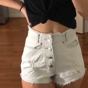 Säljer mina coola högmidjade mom shorts med knappar framtill, stl 32 köpta från Pull&Bear. Knappt använda och är i bra skick.
