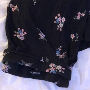 Säljer en blommig kjol från even&odd som knappt kommit till användning och är jättefin! Passar de flesta strl från Xs-M och sitter bra. Går ner till mellan på låret. Frakt tillkommer🤍