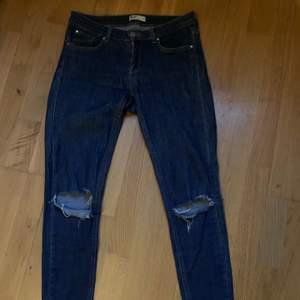 Lågmidjade jeans från Gina Tricot med slitningar på knänan. Storlek 40 men tror de passar bra på 38 också. Orginalpris 500kr men jag säljer dem för 100kr + frakt🌶