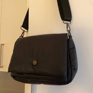 Helt ny väska från don donna/ accent! Väskan är oanvänd och säljs för jag inte får användning av den, nypris 450🤍 köparen står för frakten🤍