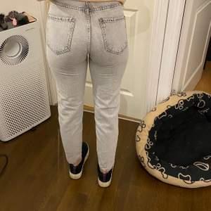 Ljus gråa jeans från Gina st 32 momjeans anvönda 2 gånger som nya