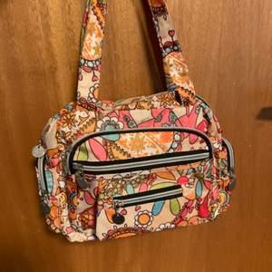En fin väska som nästan aldrig är andvänd och i superfint skick. Den är ganska liten och har många små fack. Det finns öglor för axelband men inget axelband tyvärr.               För övriga frågor är det bara att höra av sig☺️ OBS! Köparen står för frakten!!