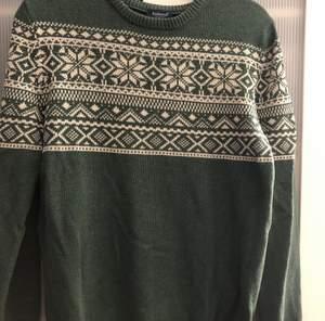 Jättefin stickad tröja från Kappahl, kommer tyvärr aldrig till användning.  Fortfarande i super fint skick.  Dock är det en liten fläck som jag inte lyckats få bort i tvätten men det är knappt något som syns om man inte är medveten om att den finns💕