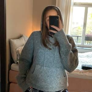 Säljer en helt oanvänd jättemysig stickad tröja med luva från zara! Så skön och sticka inte! Har inte kommit till användning därför säljer jag🥰💕🤗 i storlek 36 men passar både 34-38