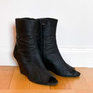 Acne Studios kilklack med öppen tå, dragkedja på insidan. Svarta. Bra skick. Mindre hal sula framtill påsatt hos skomakare.  #acne #skor #shoes #kilklack #klack #heels #acnestudios #leather #läder #skinn #svart #black
