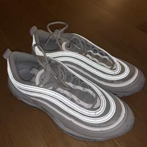 Säljer min vita Nike airmax 97 i storlek 41 dem är i bra skicka bara använda ett fåtal gånger