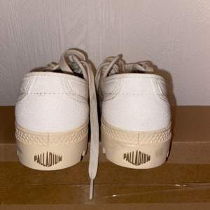 """Låga palladium skor i storlek 36. Aldrig använda, edast provade. Färg: vit åt det """"krämigare"""" hållet, alltså inte kritvitt."""
