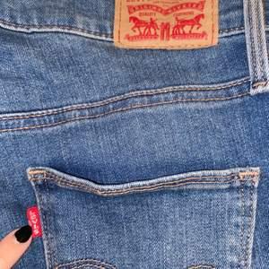 Blåa Levi's jeans i storlek 27. Sparsamt använda och i mycket gott skick. Jag är 160 cm och brukar vika upp dom. Byxorna är lite strechiga och skinny. Kan ev. skicka en bild med dom på privat. Köpta för ca 1200kr.