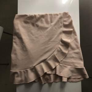 Fin rosa kjol som jag tyvärr aldrig får användning för längre. Du står för frakten!