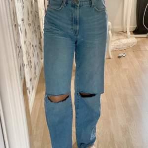 Tänkte sälja dessa as snygga jeansen från Lindex som jag själv gjort hål i men som inte kommit till så mycket andvändning. 300kr ink frakt!