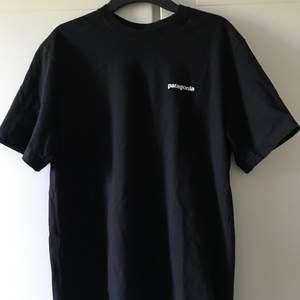 Nästan som ny patagonia t-shirt, storlek S men är oversized, frakten är inräknad i priset 🦋