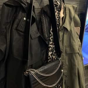 Väska från accent med kedje detaljer och tjockt axelremsband. Helt ny, köpt för 399