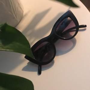 "Nya svarta ""Chunky Pointy Cat Eye Sunglasses"" från NA-KD i bra skick, aldrig använt dem✨"